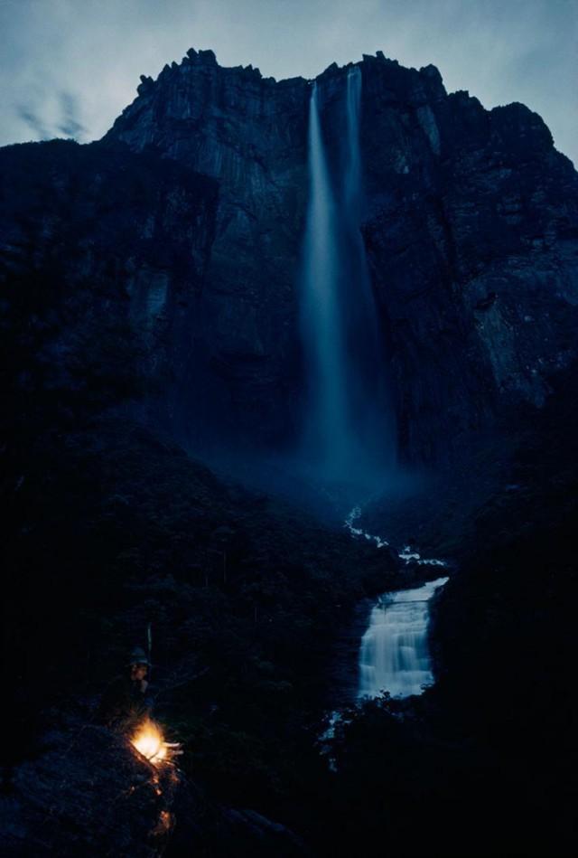 Водопад, с грохотом падающий с горы Ауянтепуи (Ауян-Тепуи) с высоты более 914 метров в Венесуэле, март 1963 national geographic, неопубликованное, фото