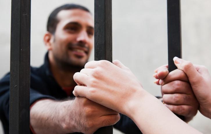 «Сигареты и сухари – это слишком банально» или парочка забавных случаев необычной «тюремной контрабанды»