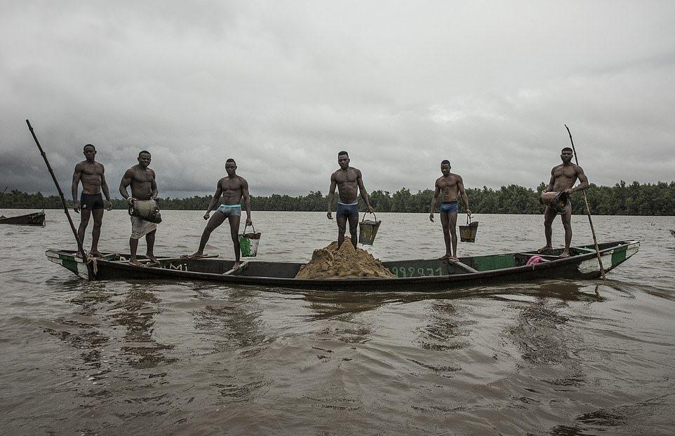 5 фото мускулистых камерунцев, которые каждый день рискуют жизнью на работе