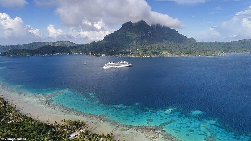 3. Лайнер Viking Sun рассекает воды у Островов Общества - самого населенного архипелага Французской Полинезии. Этот небольшой лайнер 2017 года вмещает всего 930 пассажиров красиво, красивые места, круиз, круизы, мир, паром, путешествия, фото