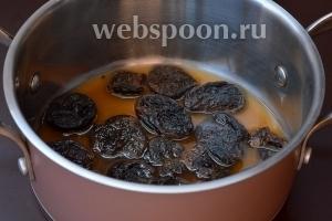 Чернослив залить кипятком на 5 минут.