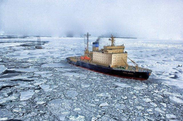 Гордость ВМС США застряла в арктических льдах во время учебных стрельб по «России»