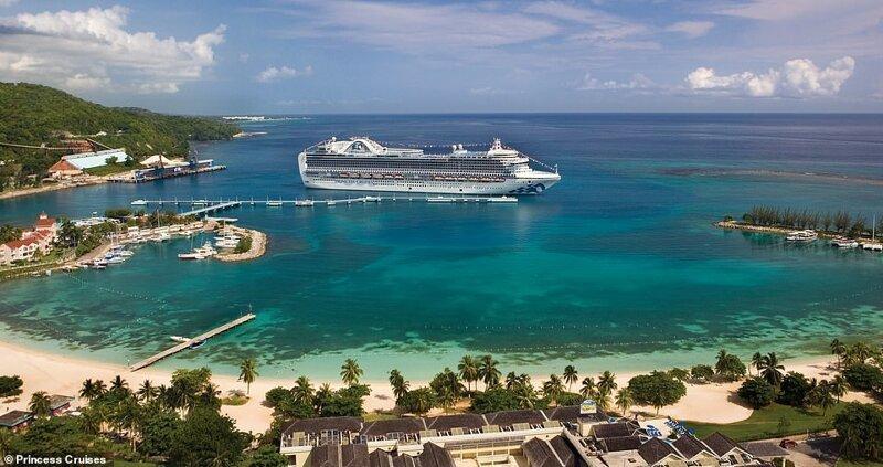 6. Лайнер Crown Princess, вмещающий 3080 гостей и 1200 членов экипажа, пришвартован в портовом городе Очо-Риос на северном побережье Ямайки красиво, красивые места, круиз, круизы, мир, паром, путешествия, фото