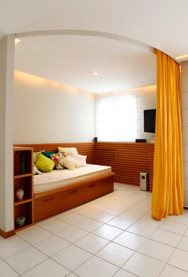 Если вы владелец квартиры-студии, то спальную комнату можно разместить за стеллажами, перегородкой или ширмой