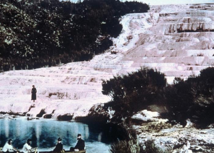 Розовые и Белые террасы, Новая Зеландия Террасы на озере Ротомахана долгое время считались одним из чудес природы Новой Зеландии. Террасы сформировали горячие геотермальные воды, ниспадавшие по склону холма. Вода оставляла слои кремнезема, который впоследствии и образовал террасы. В 1886 году в результате извержения вулкана Таравера террасы были разрушены. На месте террас образовался кратер глубиной более 100 метров, со временем превратившийся в новое озеро Ротомахана.