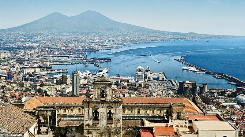 2. Лайнер MSC Splendida причаливает в итальянском Неаполе, окуная пассажиров в историю. Они исследуют ряд живописных достопримечательностей, включая побережье Амальфи и древние руины Помпеи и Геркуланума. Вдали, на горизонте виднеется Везувий красиво, красивые места, круиз, круизы, мир, паром, путешествия, фото