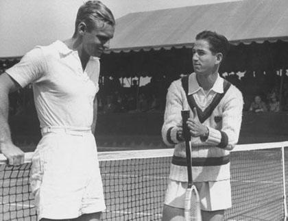 Самые популярные вещи у гольфистов и теннисистов прошлого — футболка-поло и пуловер