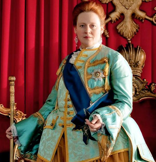 Юлия Ауг вряд ли знает, что императрица Елизавета, которую она сыграла, в 1746 году посетила Ревель (Таллин), где общалась исключительно с представителями немецкого дворянства. Об эстонской нации тогда и не слыхали