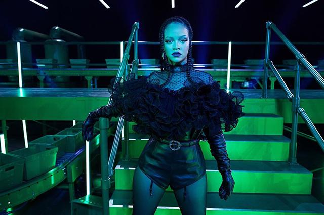 Цепи, сетка, рок-н-ролл: Кара Делевинь в рекламе новой коллекции нижнего белья бренда Рианны Savage X Fenty Звезды в рекламе