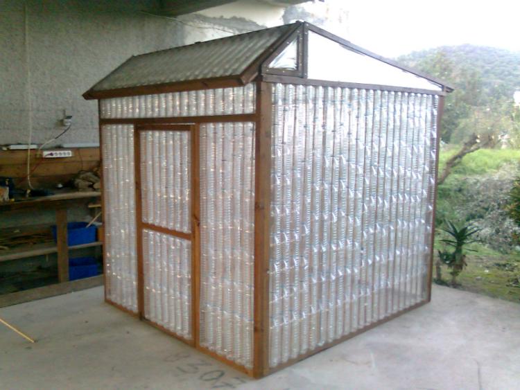 Массовое применение пластиковых бутылок на даче: делаем теплицу