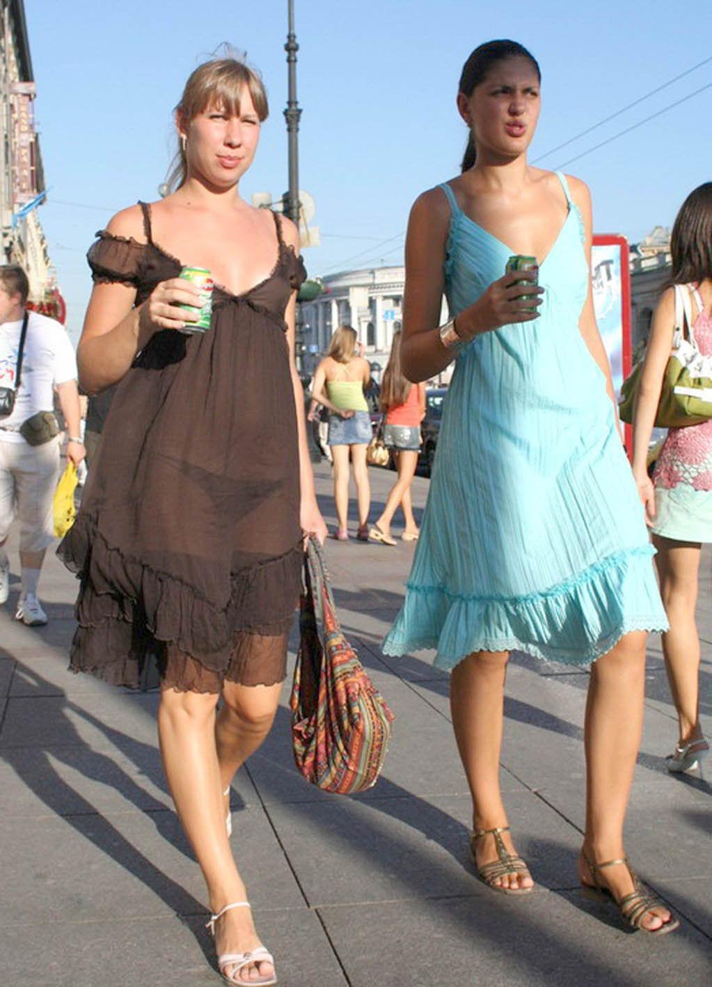 у жены прозрачное платье на улице видео