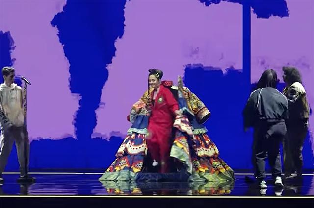 Платье на колесах и звезды на подпевке: в сети появились кадры с первой репетиции Манижи на