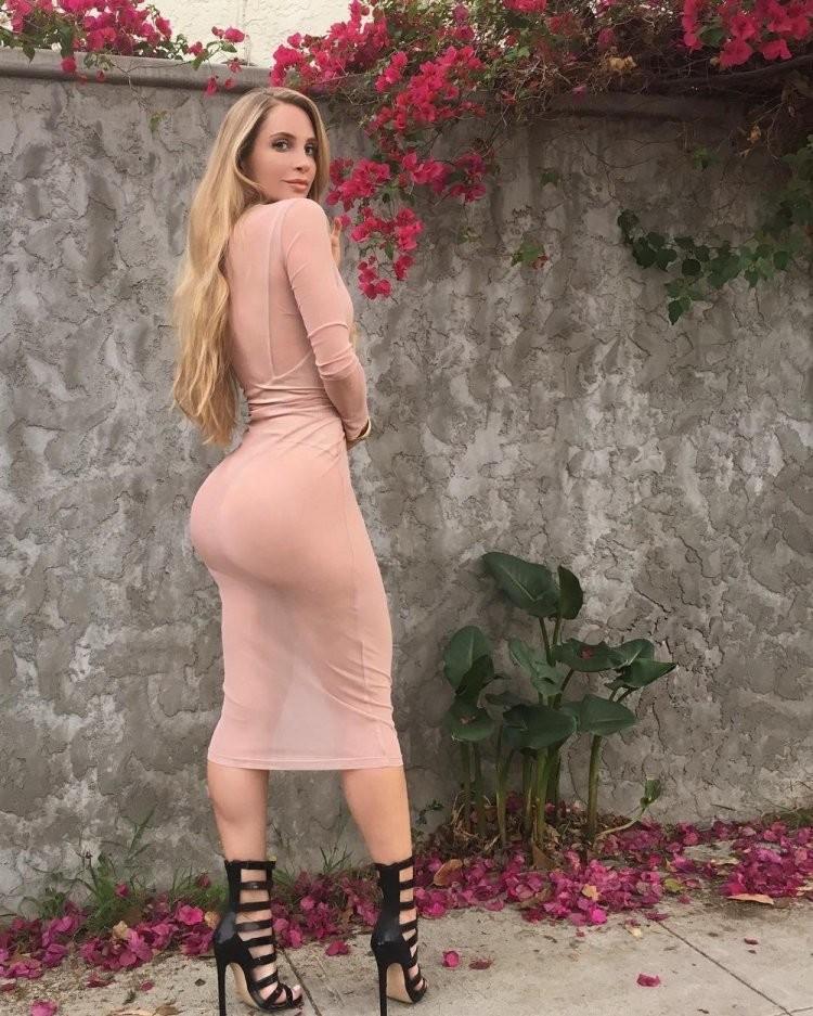 Круглая жопа под платьем фото