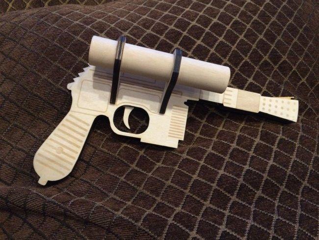 Делаем пятизарядный резинкострел очень умелые ручки