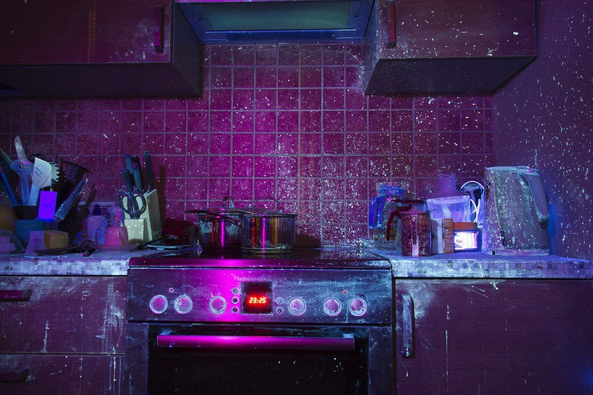 Парень показал свою кухню в ультрафиолетовом свете, и она выглядит, как настоящее место преступления! декор,домашний очаг,интерьер,рукоделие,своими руками
