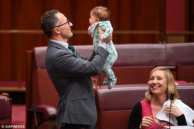 Сенатор покормила ребёнка грудью во время заседания парламента. Что скажете? Это нормально или нет? ( фото)