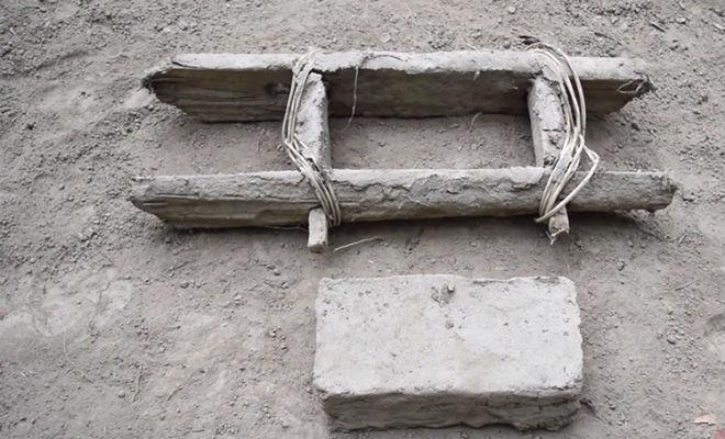 Примитивная технология: мастер делает крепкие кирпичи из грязи