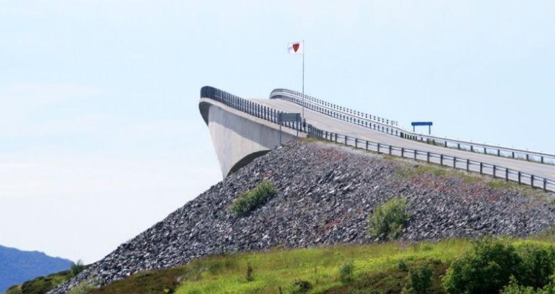 Круглый, недостроенный и бесконечный: 10 самых необычных мостов мира