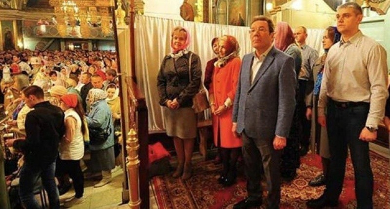 Власть отгородилась в храме от народа шторкой: знай всяк свое место! россия