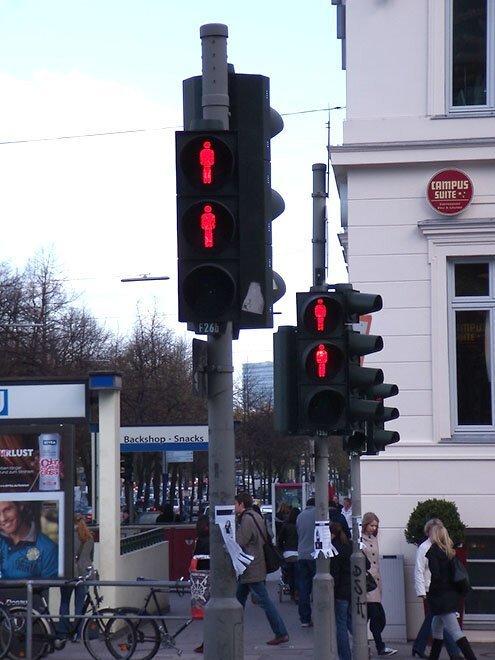 В Гамбурге большая часть светофоров имеет сразу 2 запрещающих красных сигнала на тот случай, если один выйдет из строя страны, факты, это интересно