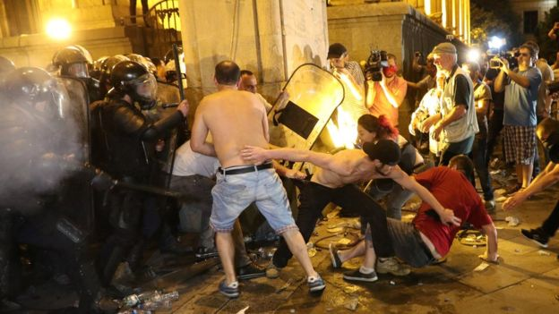 Попытка штурма парламента в Тбилиси: полиция применила водометы и газ геополитика