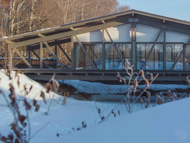 Архитектура и дизайн дома над рекой в посёлке Заокский