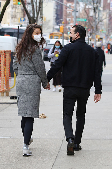 Кэти Холмс и Эмилио Витоло на прогулке в Нью-Йорке: свежие фото пары Звездные пары
