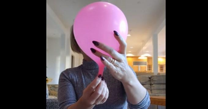 Врач-гинеколог на примере воздушного шара показала, как происходят схватки и роды у женщины