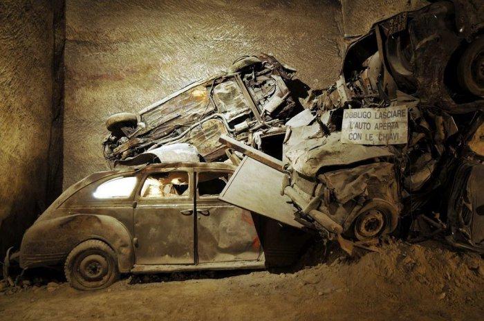 Заброшенный туннель с ретро-автомобилями