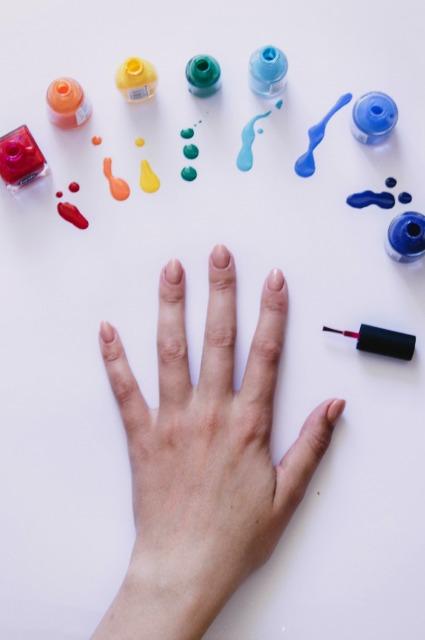 Обрезать кутикулу нельзя, лак нужно хранить в холодильнике и еще 7 мифов о ногтях и маникюре Новости красоты