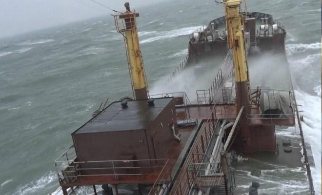 11-метровые волны на видео: сухогруз пробивается через стихию