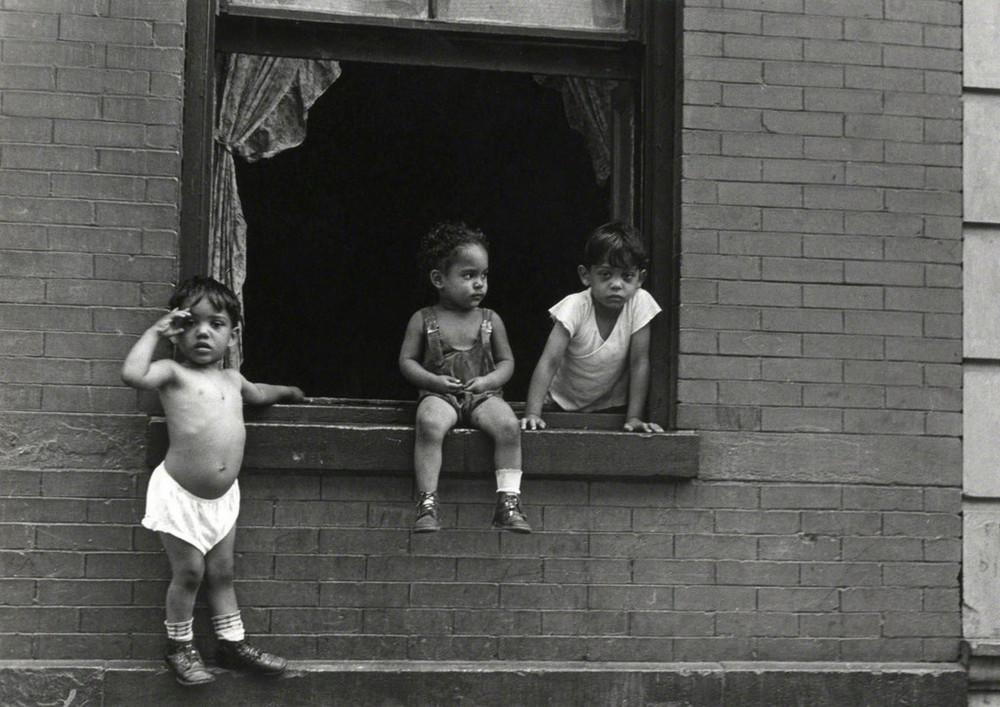 Уличная жизнь Нью-Йорка с 1930-х до 80-х годов в фотографиях Элен Левитт 14