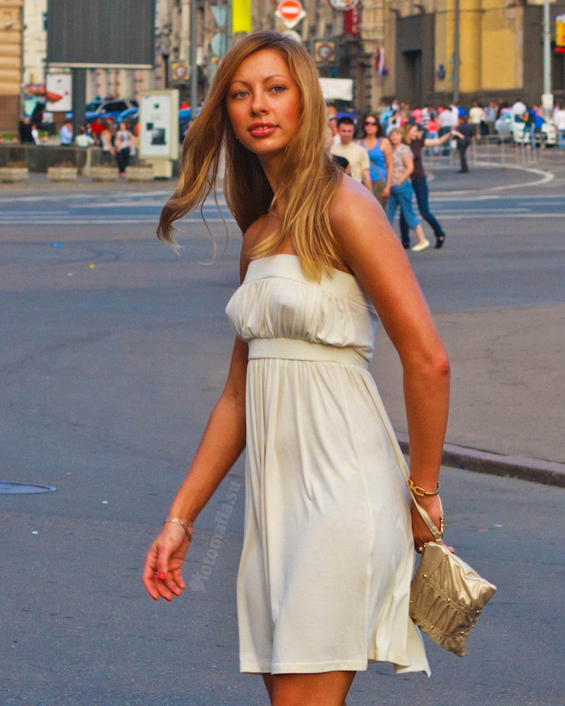 Девушка без лифчика платье фото