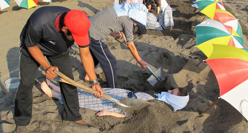 Зачем японцы закапывают туристов в песок