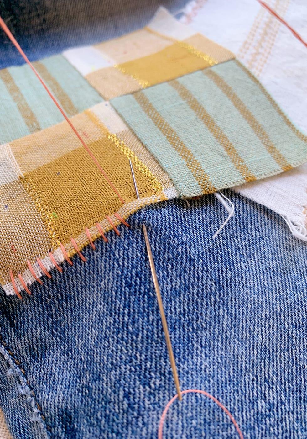 Переделайте старые джинсы в яркую дизайнерскую вещь с помощью обычных заплаток одежда,переделки,рукоделие,своими руками,сделай сам