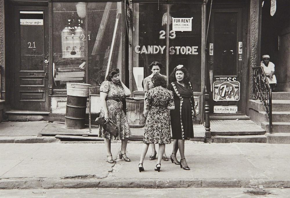 Уличная жизнь Нью-Йорка с 1930-х до 80-х годов в фотографиях Элен Левитт 51