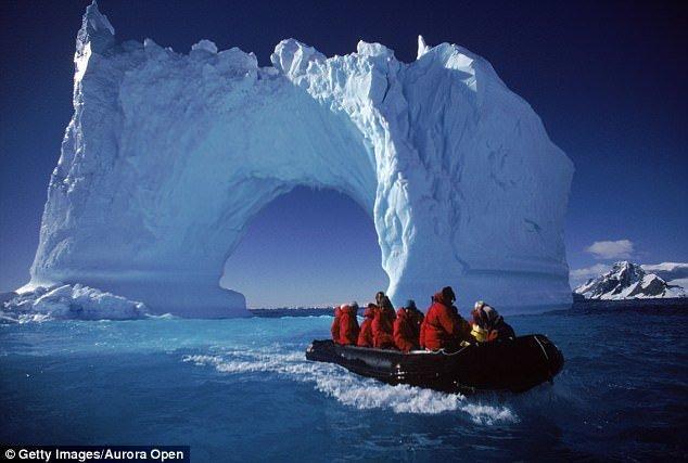 Интересный факт: растопленные куски айсбергов, выловленные у берегов, часто используют для изготовления экологически чистых продуктов. В этих же целях айсберги иногда буксируют к берегу. айсберг, канада, красиво, океан, путешествия, туризм, туристы, фото