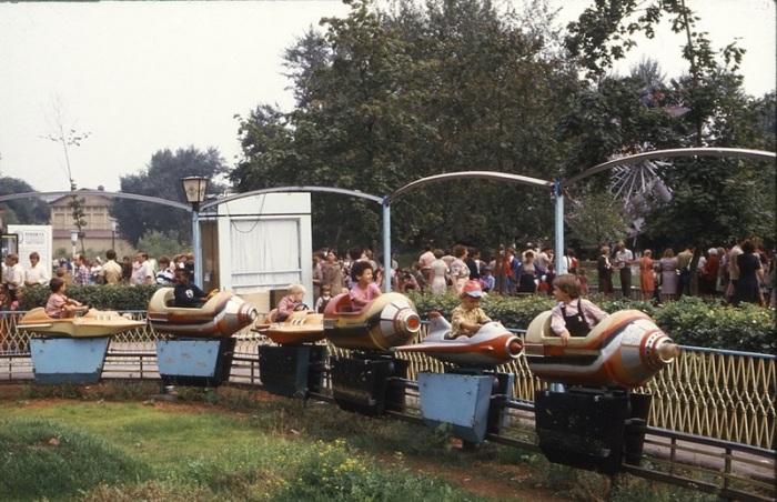 Дети катаются на качелях в центральном парке культуры и отдыха имени Горького.