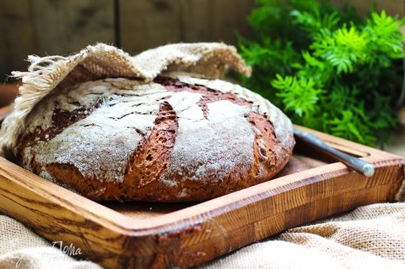Выпекать хлеб первые 10 минут с паром, затем выпустить пар/убрать емкость с водой, снизить температуру до 200°C и выпекать еще 45–60 минут до готовности.