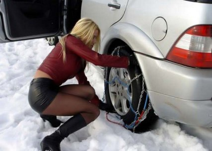 Ай, молодец! Снег, холод, мини-юбка, а она колесо меняет!