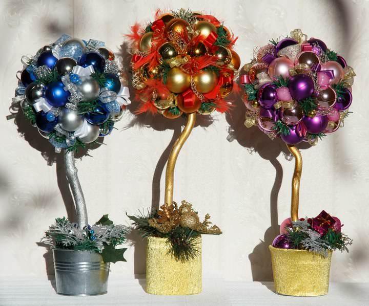 В качестве идеи для оформления топиария подойдут даже елочные шары или мишура