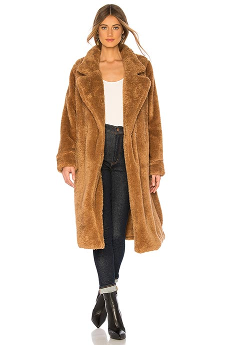Девушка в классическом пальто