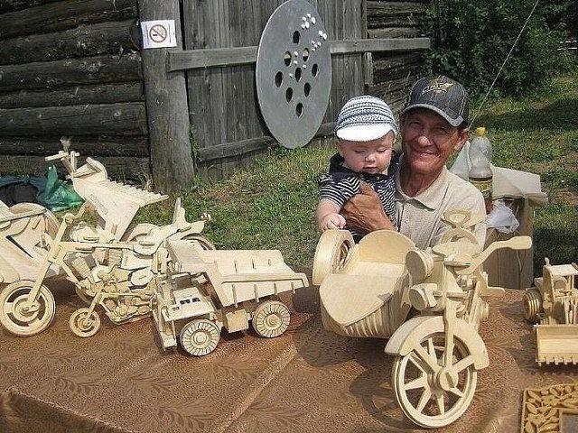 Дед из фанеры сделал игрушки…