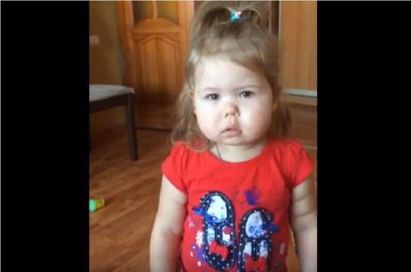Дедушка ругает внучку – Посмотрите на её реакцию…