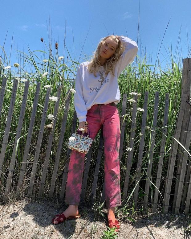Эльза Хоск показывает, с чем сочетать цветные джинсы