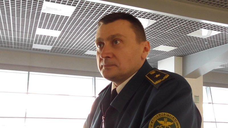 У русских не принято улыбаться при исполнении служебных обязанностей, при выполнении какого-либо серьезного дела. Например, таможенники в аэропортах никогда не улыбаются, поскольку заняты серьезным делом дежурная улыбка, русские, улыбка