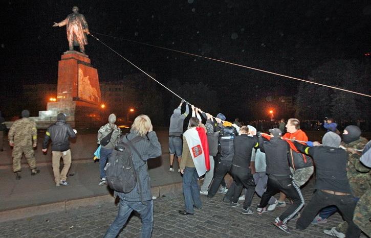 Украинские погромщики заработали сотни тысяч долларов на сносе памятников Ленину