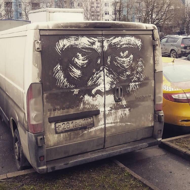 Парень превращает грязные автомобили в шедевры уличного искусства