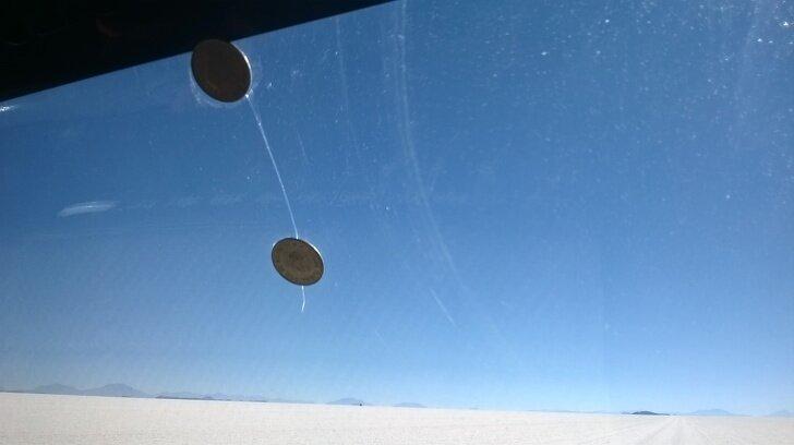 Находчивые боливийцы чинят стекла с помощью монет страны, факты, это интересно