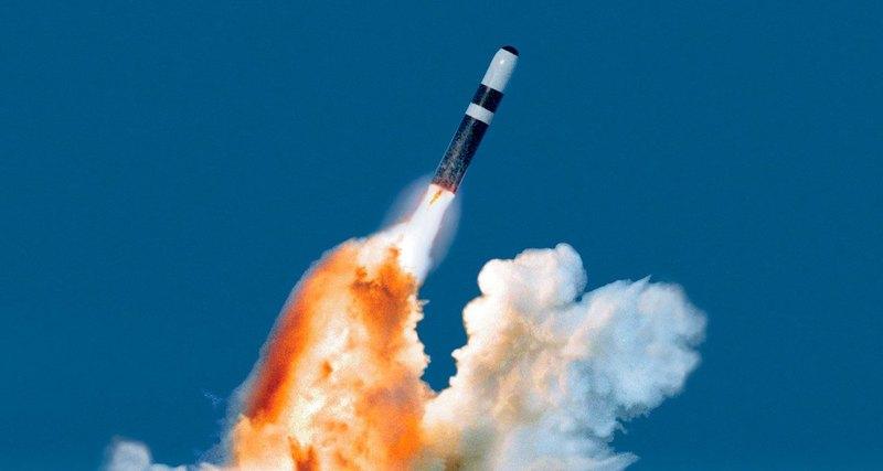 Ядерная ракета пролетела рядом спассажирским самолётом